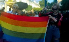 По центру Симферополя подростки «выгуливали» флаг ЛГБТ-сообщества