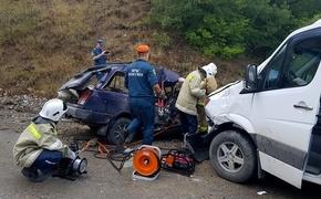 Смерть на дороге: в Крыму ВАЗ въехал в микроавтобус