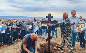 В Крыму строящуюся дорогу преградили поклонным крестом