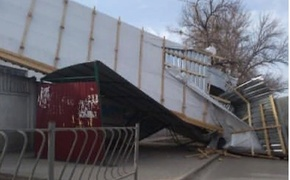 Еще одну крышу снесло в Симферополе прямо на остановку