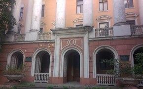 В центре Симферополя решили продать пристанище бомжей