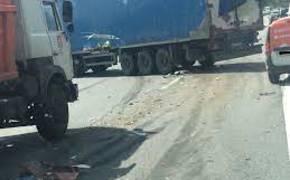 Установлено что водитель уронил на легковушку грузовой прицеп не умышленно