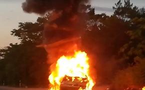 На подъезде к Севастополю сгорела иномарка