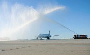 Самолет вымыли вместе с юбилейным пассажиром