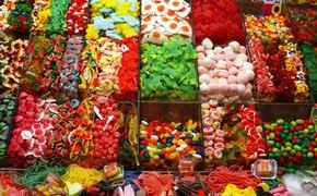 Сиротам Севастополя подарили дешевые сладости