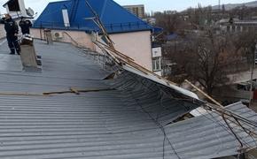 Ветер сорвал часть крыши с дома в Феодосии
