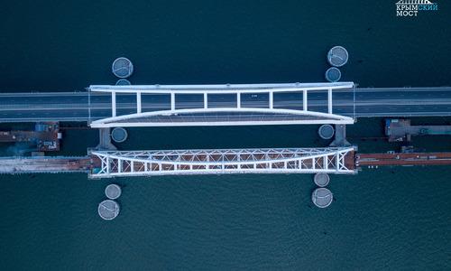 На Крымском мосту уложили половину рельсов и шпал