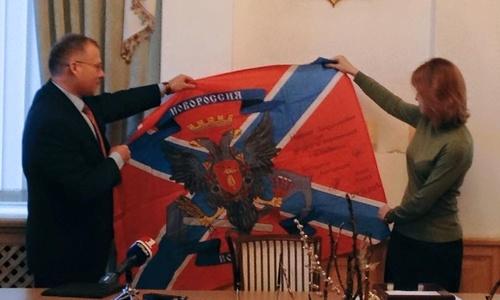 Поклонской в день журналиста подарили флаг Новороссии