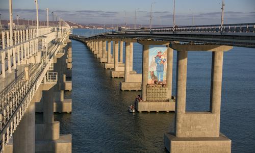 На Крымском мосту появился 20-метровый рисунок