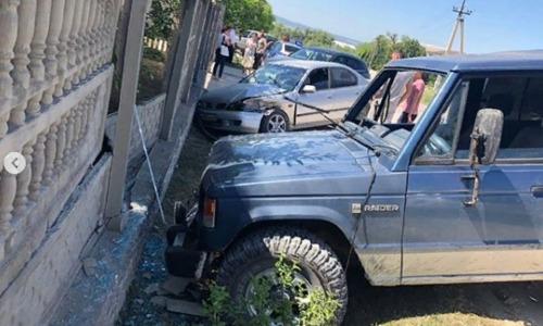 В Бахчисарае внедорожник снес забор жилого дома