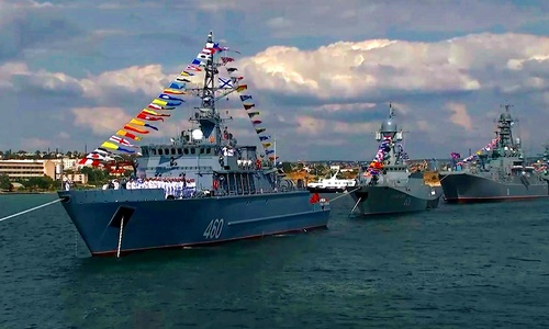В Севастополе праздник ВМФ растащили по причалам