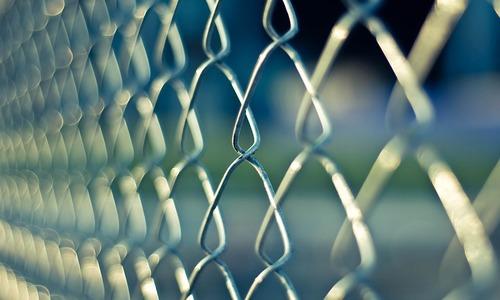 Симферополец поставил забор на чужой земле