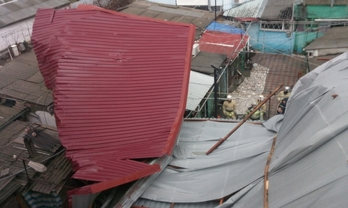Ветер обрушил крышу на дорогу в Феодосии