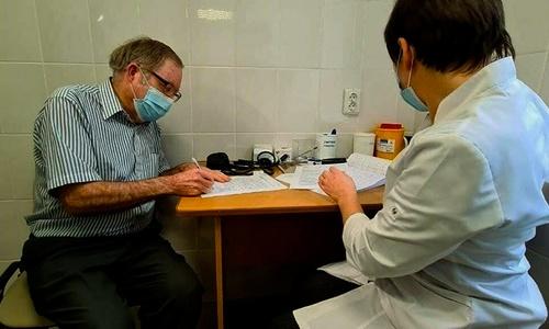 Американец в Евпатории сэкономил на российской прививке около 100 000 рублей