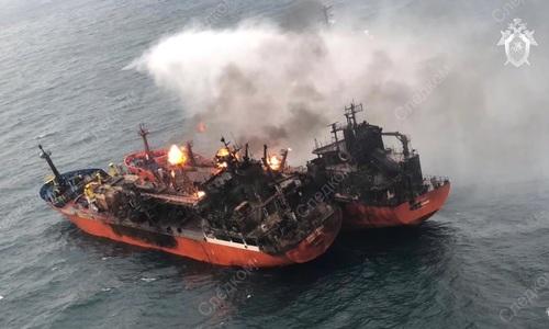 СК показал горящие в Керченском проливе суда