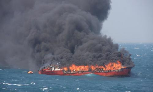 Один из горящих кораблей в проливе у Керчи медленно тонет