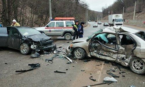 В лобовом ДТП на трассе в Крыму погиб человек