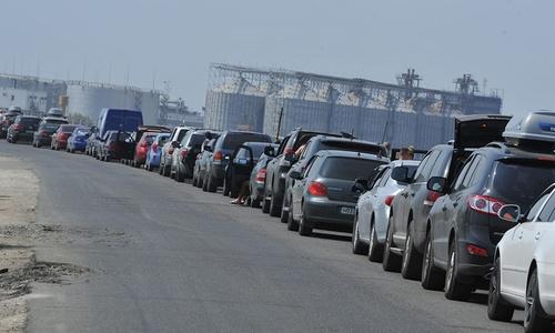 Сотни авто скопились на закрытой переправе в Крым