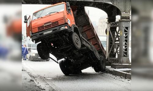 В Крыму грузовик оставил кузов между мостом и дорогой