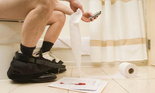 Крымчан попросили не брать телефоны с собой в туалет