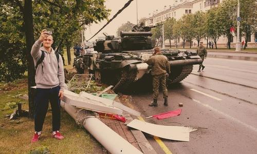Военных убеждали не гонять на технике по населенным пунктам