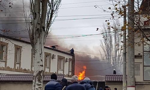 В Керчи горит мебельный склад. Его тушат больше часа
