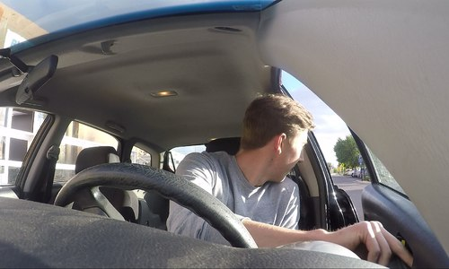 Пьяный крымчанин «прокатил» полицейского на двери авто