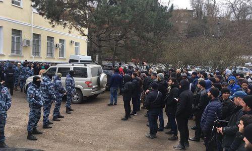 Десятки арестованных крымских татар вывезли на материк