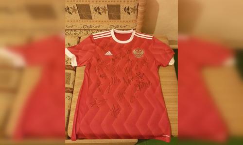 Севастополец продает футболку с автографами футболистов