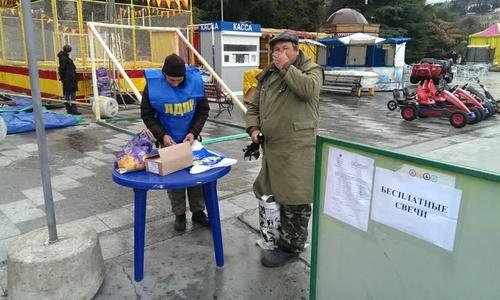 В Ялте депутаты раздают свечи