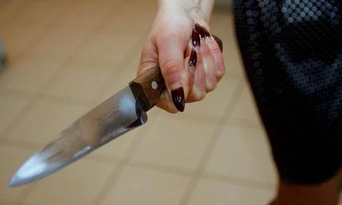 Крымчанин скинул любимую с окна, а та пырнула его ножом