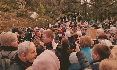 Защитить парк в Форосе вышли сотни крымчан