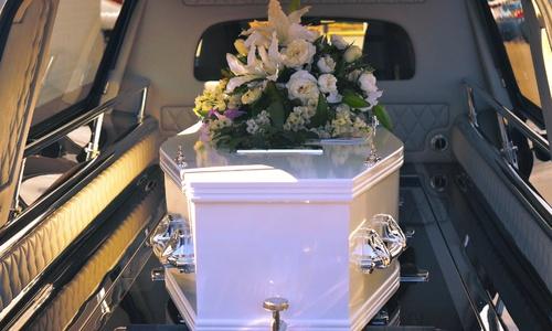 Похороны дело грустное? Да. Мрачное? Нет