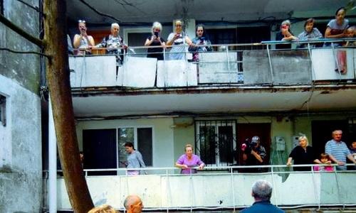 На балконах затопленного дома в Ялте жители готовы были вывесить SOS