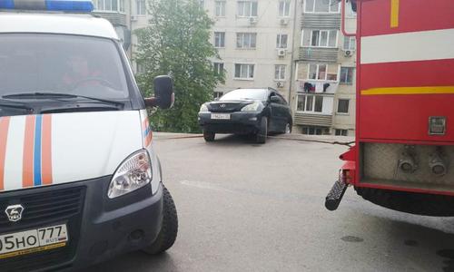 Спасатели вытащили машины после обвала парковки в Севастополе