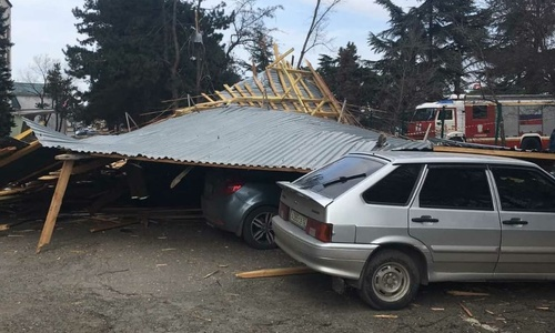 В Симферополе разобрали упавшую на машины крышу