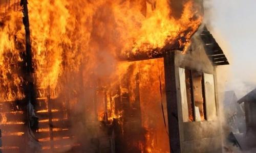 Ночью в Симферополе горел гараж с двумя авто