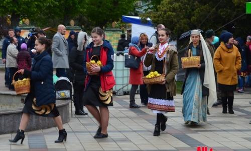 Крымчан согнали поздравлять репатриантов под ливнем