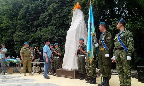 В Симферополе под выстрелы открыли памятник «бате»