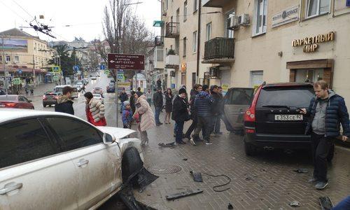 В центре Севастополя внедорожник влетел в двери магазина