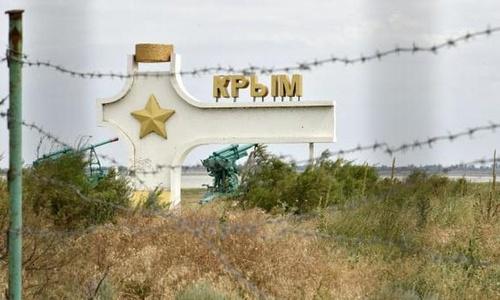 Крымский депутат на границе менял лицо, но делал это плохо