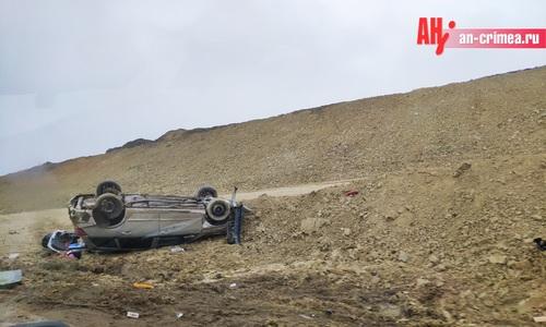 Под Бахчисараем перевернулся автомобиль с новогодними товарами