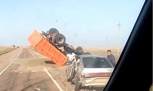 На крымской трассе перевернулся грузовик