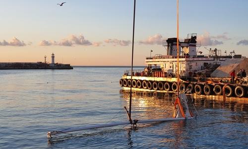 У набережной Ялты со дна поднимают яхту