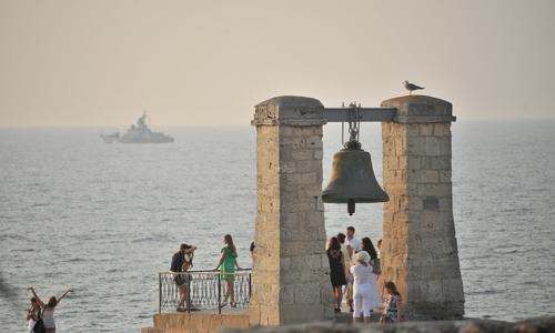 В Севастополе обследуют арку с колоколом из Нотр-Дама