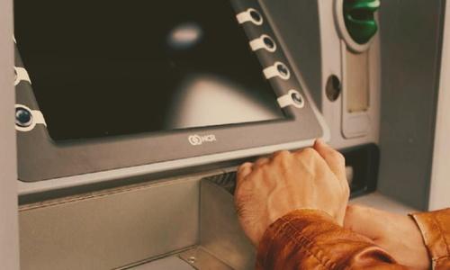 В конце года крымчане совали карточки в банкоматы с частотой «девять в секунду»