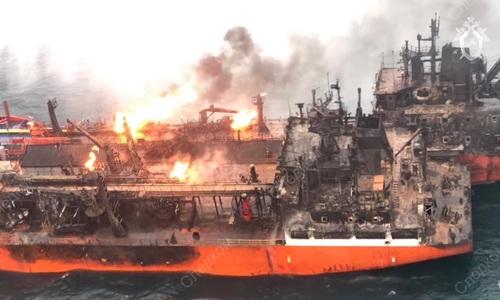 Горящий в Керченском проливе танкер взяли на буксир