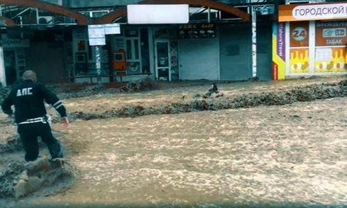 В Ялте людей потоки воды сбивают с ног