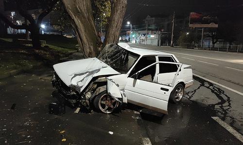 В Севастополе водитель иномарки влетел в дерево