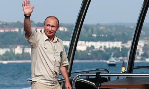 Поездку в Крым Путин начал с города-героя